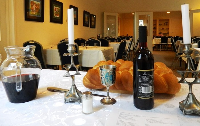 wijn en kandelaren op tafel