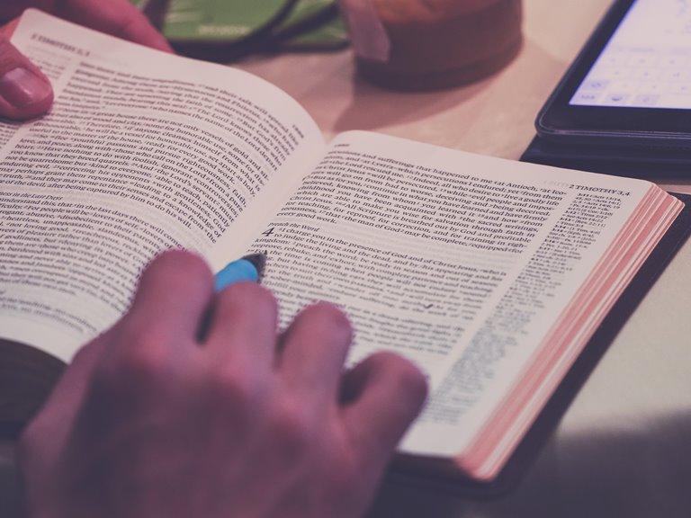 bijbel en pen