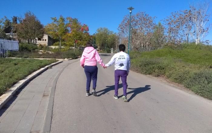 twee meiden lopen in Israel