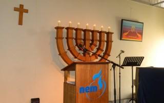 menorah op podium bij Reveilweken