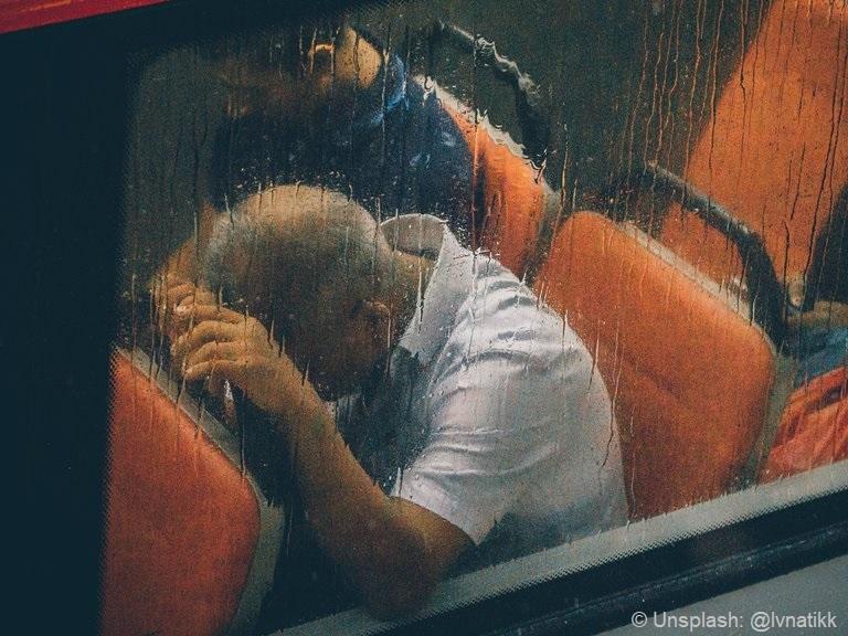 man zit verdrietig in bus