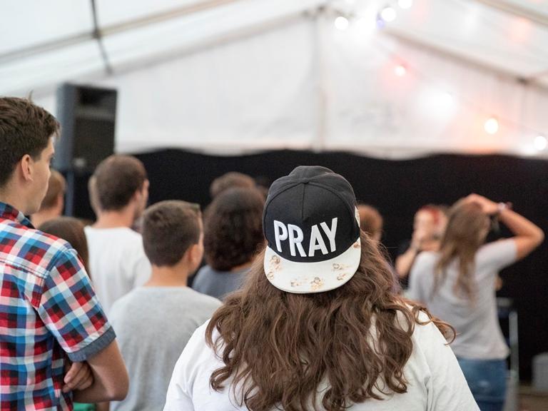 jongeren in aanbidding